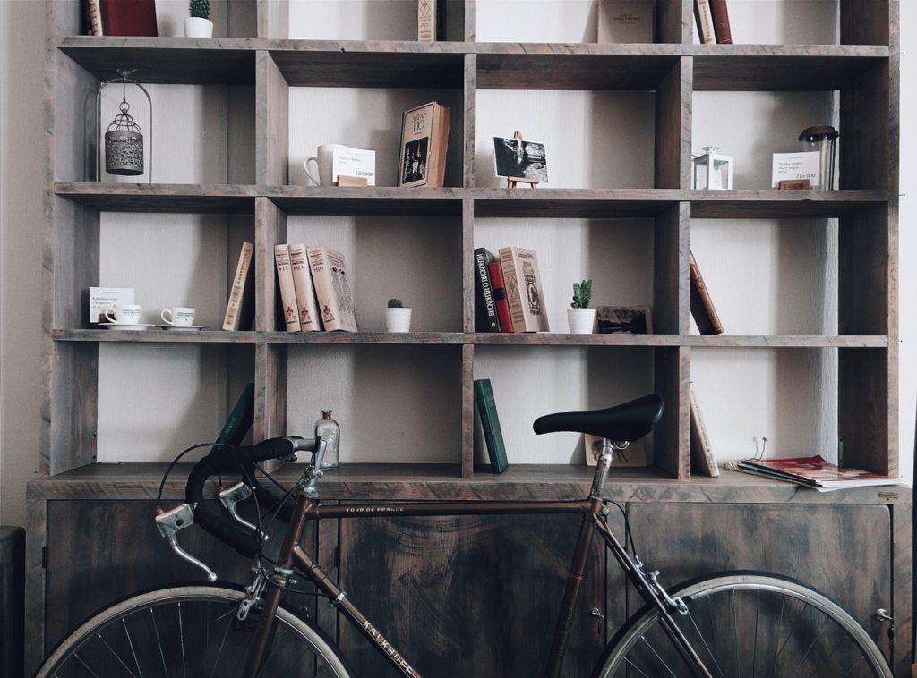 Libros en la estantería de un bar