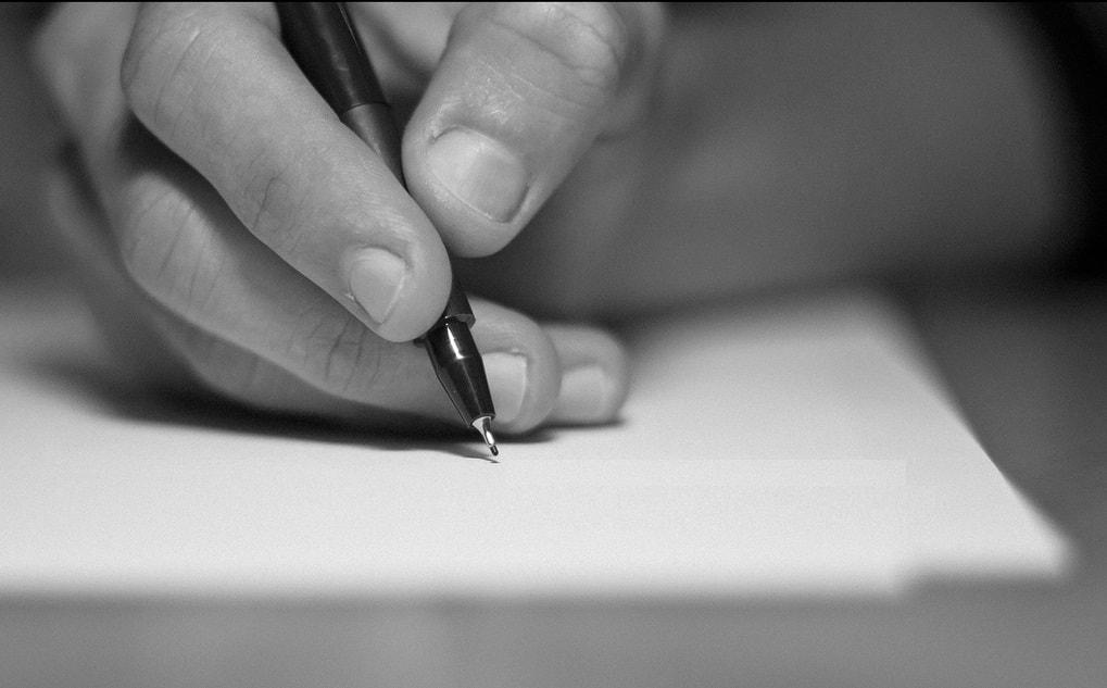 Escribiendo a mano para participar en los concursos literarios de abril.