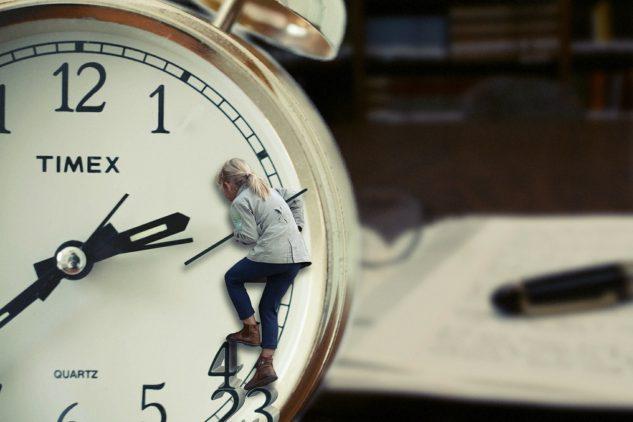 Niña subida a un reloj gigante, cuentos infantiles