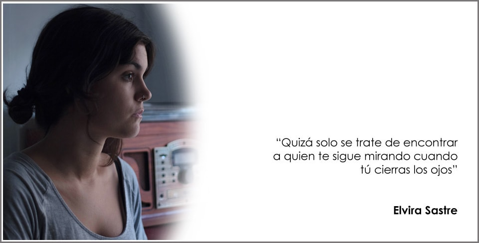 Foto de Elvira Sastre acompañada de un poema suyo