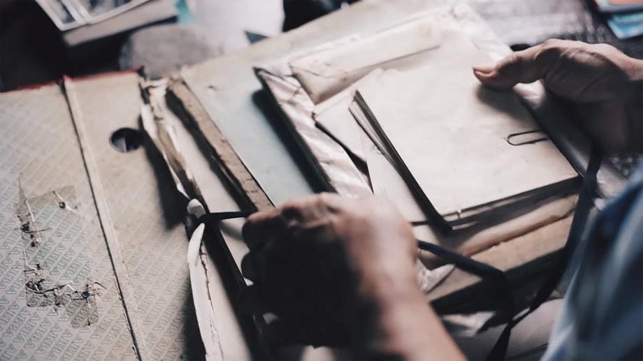 Persona procediendo al envío de su obra a uno de los concursos literarios de marzo