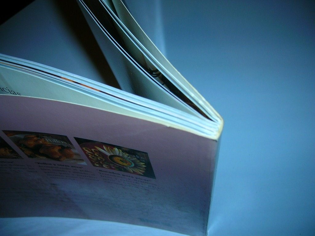 Libro hecho con la encuadernación rústica fresada